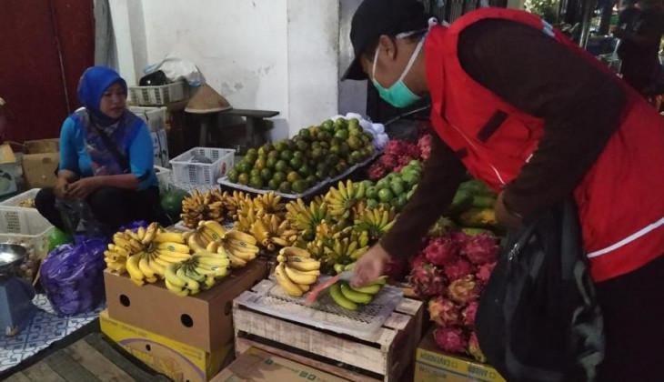 DERU UGM Bagikan Masker dan Vitamin untuk Pedagang Pasar