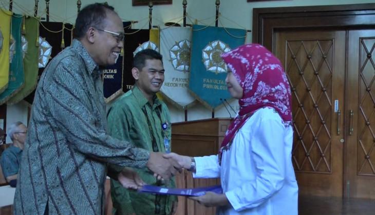 Prof. Budi Santoso Wignyosukarto Menyerahkan SK CPNS Kepada Salah Satu Pegawai