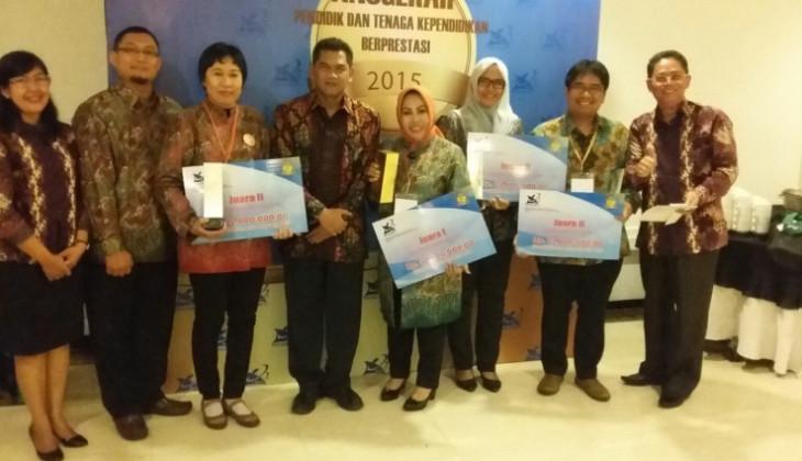 Para Juara Berfoto dengan Direktur SDM UGM