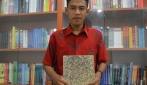 Endri Geovani tengah menunjukkan papan partikel berbahan baku batang singkong.